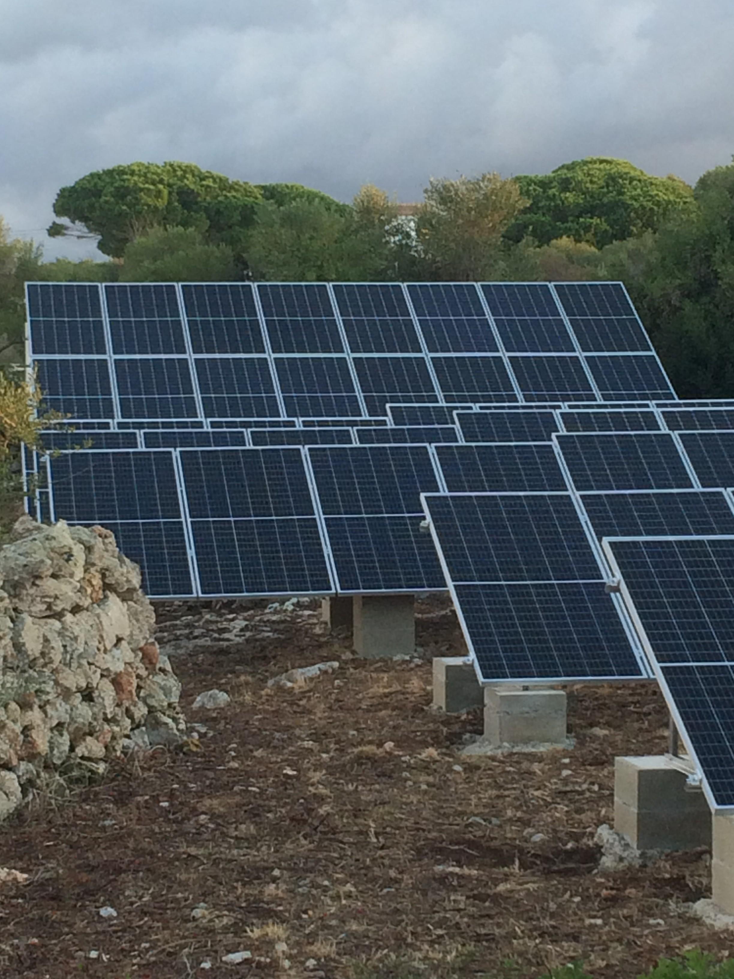 Instalación fotovoltaica aislada en finca rústica.